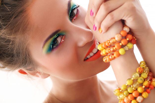 farverige perlesmykker