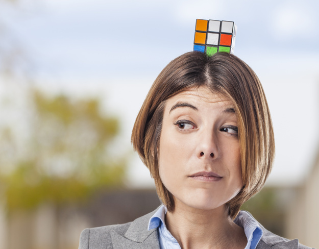 kvinde der løser rubikscube