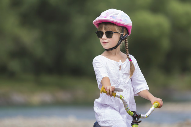 lille pige med cykelhjelm