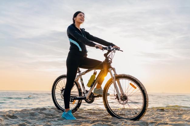 kvinde cykler